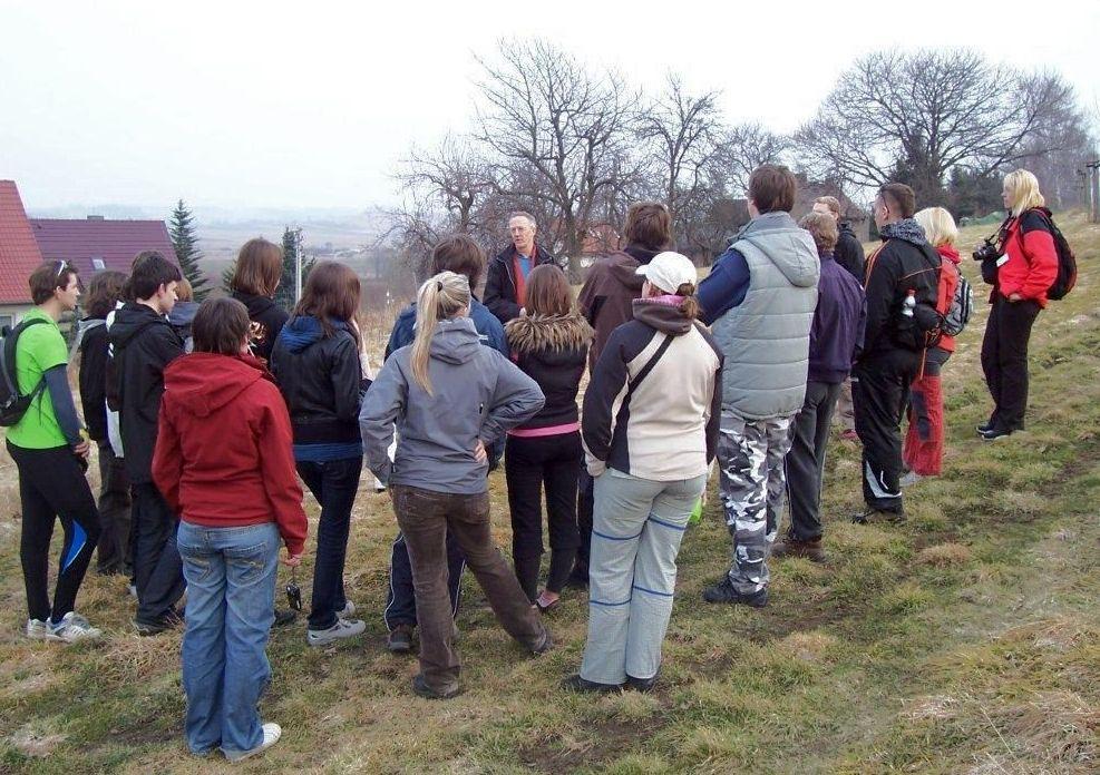2011: Jugendliche bei einer Führung über die Streuobstwiese.