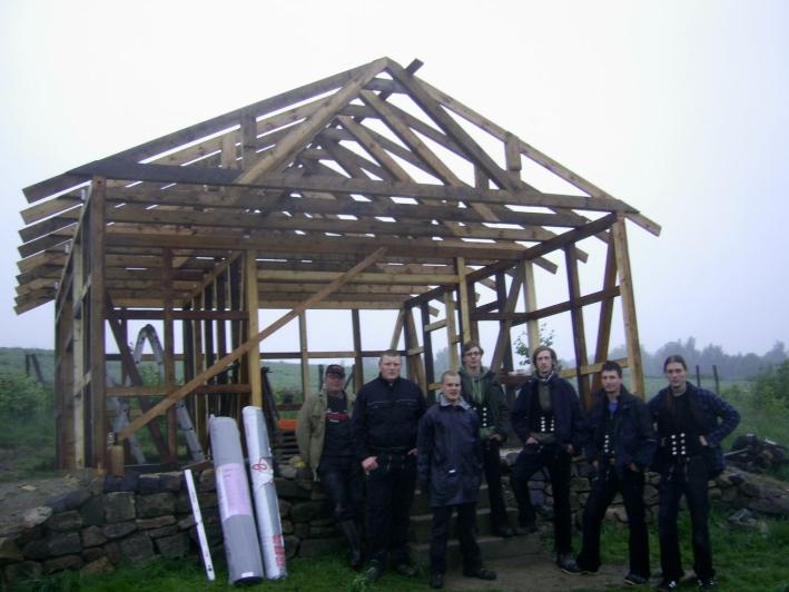 2010: Schüler des Beruflichen Schulzentrums Löbau erbauten unter Anleitung von Zimmereimeister Uwe Siegert das Gerätehaus.