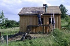 2010: Jugendliche beim Eindecken des Daches.